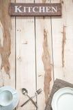 Herramientas de la cocina en el escritorio de madera Imagen de archivo
