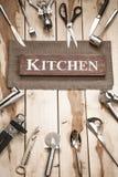Herramientas de la cocina en el escritorio de madera Fotos de archivo libres de regalías
