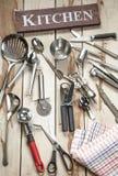 Herramientas de la cocina en el escritorio de madera Foto de archivo