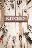 Herramientas de la cocina en el escritorio de madera Foto de archivo libre de regalías