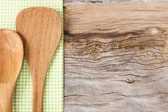 Herramientas de la cocina en fondo de madera imagenes de archivo
