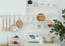 Herramientas de la cocina en la pared fotografía de archivo