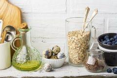 Herramientas de la cocina, tabla de cortar verde oliva en un estante de la cocina contra una pared de ladrillo blanca Foco select Imagen de archivo libre de regalías
