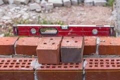 Herramientas de la construcción en el nivel del ladrillo Imagen de archivo
