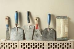 Herramientas de la construcción en fila y ladrillos Edificio y concepto de la renovación imagen de archivo