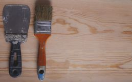 Herramientas de la construcción en fondo de madera fotos de archivo