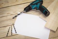 Herramientas de la construcción en un fondo de madera carpintería foto de archivo libre de regalías