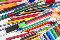 Herramientas de la escuela o de la oficina en el fondo blanco Fotos de archivo