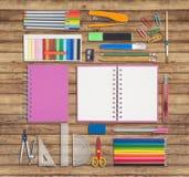Herramientas de la escuela o de la oficina en el fondo de madera Fotos de archivo libres de regalías