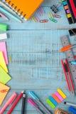 Herramientas de la escuela o de la oficina en la tabla de madera del vintage De nuevo a escuela Fotografía de archivo