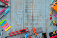 Herramientas de la escuela o de la oficina en la tabla de madera del vintage para el trabajo y el arte Fotografía de archivo