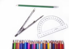 Herramientas de la escuela para la geometría Compas con el prolongador y los lápices fotografía de archivo libre de regalías