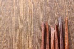 Herramientas de la escultura en el fondo de madera Fotografía de archivo libre de regalías