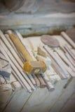 Herramientas de la escultura y del escultor del primer Imagen de archivo libre de regalías