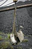 Herramientas de la explotación minera en un fondo del carbón Fotos de archivo