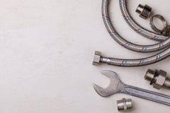 Herramientas de la fontanería para conectar golpecitos de agua con el espacio para el texto foto de archivo