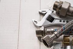 Herramientas de la fontanería para conectar golpecitos de agua Fotos de archivo