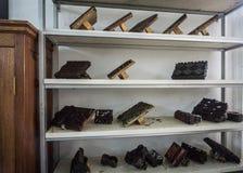 Herramientas de la impresión exhibidas en un museo admitido foto blanca Pekalongan Indonesia del batik del estante Imágenes de archivo libres de regalías