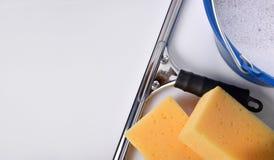 Herramientas de la limpieza de ventana en la opinión de sobremesa blanca Foto de archivo libre de regalías