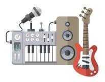 Herramientas de la música en estilo plano: guitarra, sintetizador, micrófono, spea Fotografía de archivo libre de regalías