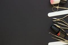 Herramientas de la manicura en el fondo oscuro Fotos de archivo libres de regalías