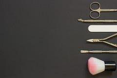 Herramientas de la manicura en el fondo oscuro Imágenes de archivo libres de regalías