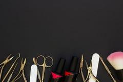 Herramientas de la manicura en la tabla oscura Fotos de archivo libres de regalías