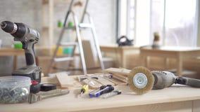 Herramientas de la mano del carpintero en la tabla almacen de metraje de vídeo