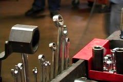 Herramientas de la mano en un carro de los mecánicos almacen de video