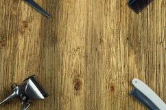 Herramientas de la peluquería del vintage en un de madera áspero Imagen de archivo libre de regalías