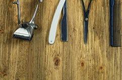 Herramientas de la peluquería del vintage en un de madera áspero Fotografía de archivo