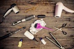 Herramientas de la peluquería en el primer de madera de los fondos Fotografía de archivo