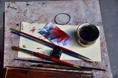 Herramientas de la pintura en las calles de Florencia imagen de archivo