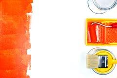 Herramientas de la pintura en la superficie blanca con los movimientos de la pintura fotografía de archivo libre de regalías