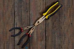 Herramientas de la reparación: alicates foto de archivo