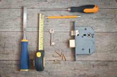 Herramientas de los cerrajeros y nueva cerradura de puerta Fotografía de archivo libre de regalías