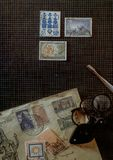 Herramientas de los colectores de los sellos de la filatelia del concepto en el escritorio imagen de archivo