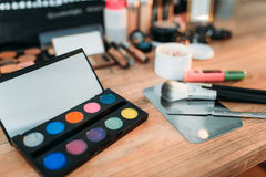 Herramientas de los cosméticos en la tabla de madera, primer Fotografía de archivo
