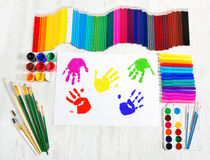 Herramientas de pintura, impresiones de la mano del niño. Creatividad Fotos de archivo