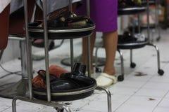 Herramientas de un peluquero en una peluquería de caballeros imagen de archivo