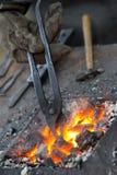 Herramientas de un pequeño yunque, de la fragua y del herrero Fotos de archivo