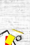 Herramientas del árbitro Tarjetas rojas amarillas y, cronómetro, silbido en copyspace de madera de la opinión superior del fondo imagenes de archivo