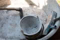 Cubo con las herramientas de la alba iler a fotograf a de - Herramientas del albanil ...