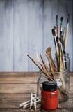 Herramientas del arte y del arte con la pintura roja Imagen de archivo libre de regalías