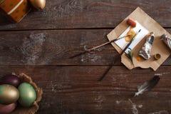 Herramientas del arte y endecha colorida del plano de los huevos de Pascua Foto de archivo libre de regalías