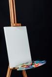 Herramientas del artista Brushes, trípode de madera del caballete, paleta colorida Fondo negro, estudio, nadie Imagenes de archivo