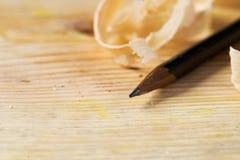 Herramientas del carpintero en el fondo de madera de la tabla con el espacio de la copia del serrín Imagen de archivo