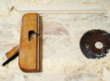 Herramientas del carpintero en el fondo de madera de la tabla Copie el espacio Imagen de archivo