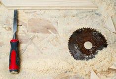 Herramientas del carpintero en el fondo de madera de la tabla Copie el espacio Fotos de archivo libres de regalías