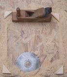 Herramientas del carpintero en el fondo de madera de la tabla Copie el espacio Imagenes de archivo